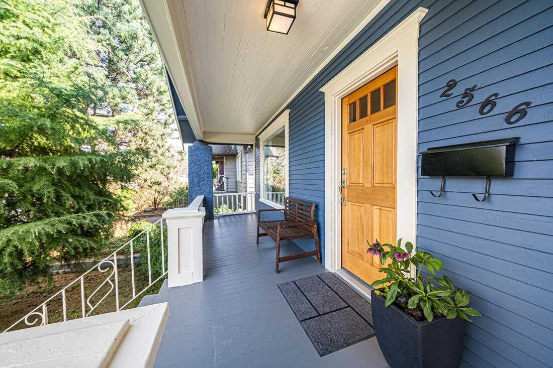 Photo 2: Photos: 2566 DUNDAS Street in Vancouver: Hastings House for sale (Vancouver East)  : MLS®# R2563281