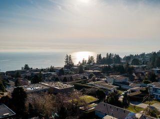 """Photo 39: 1551 ARCHIBALD Road: White Rock House for sale in """"West White Rock"""" (South Surrey White Rock)  : MLS®# R2605550"""