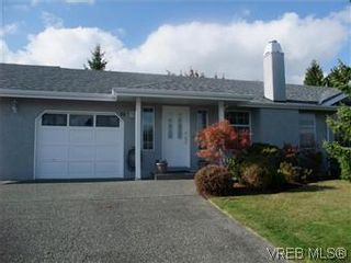 Photo 1: 14 2560 Wilcox Terr in VICTORIA: CS Tanner Row/Townhouse for sale (Central Saanich)  : MLS®# 588799