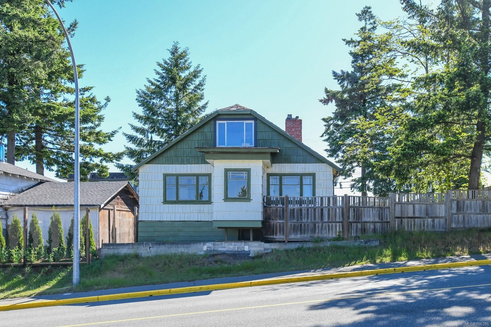 Main Photo: 911 Dogwood St in : CR Campbell River Central House for sale (Campbell River)  : MLS®# 886386