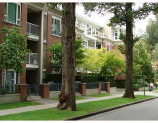 """Photo 1: 402 2628 YEW Street in Vancouver: Kitsilano Condo for sale in """"CONNAUGHT PLACE"""" (Vancouver West)  : MLS®# V784003"""