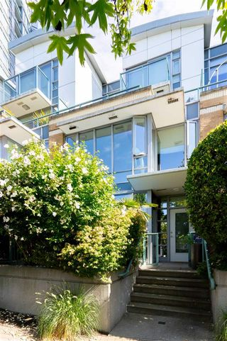 Photo 3: 1057 MARINASIDE Crescent in Vancouver: Yaletown Townhouse for sale (Vancouver West)  : MLS®# R2489973