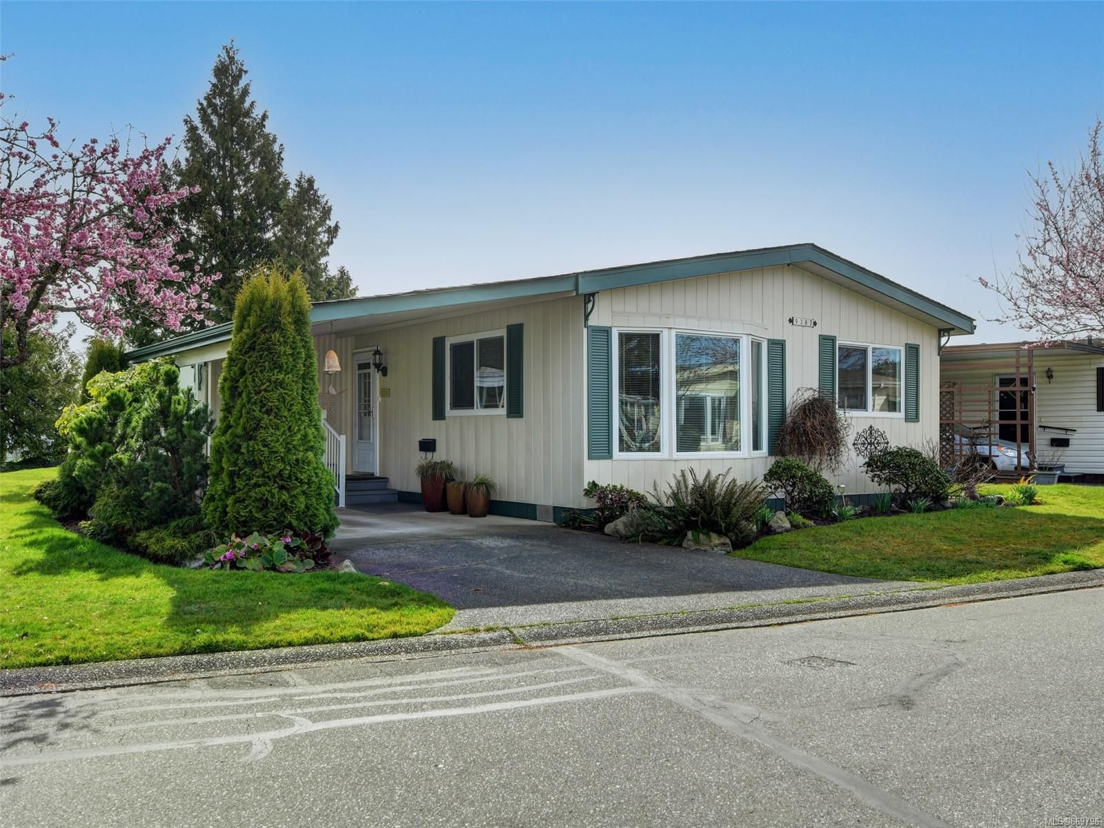 Main Photo: 9387 Brookwood Dr in : Si Sidney South-West Manufactured Home for sale (Sidney)  : MLS®# 869796