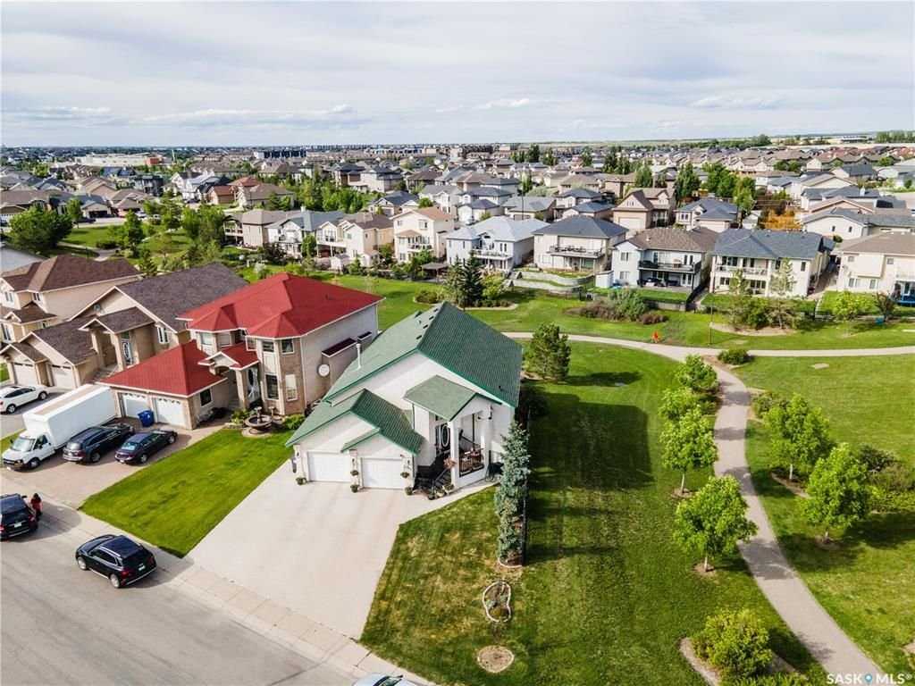Main Photo: 407 Greaves Crescent in Saskatoon: Willowgrove Residential for sale : MLS®# SK866908