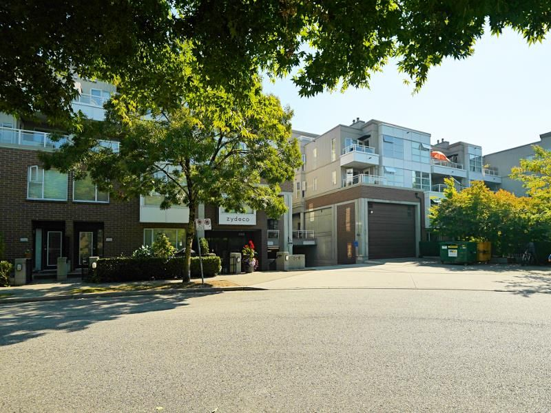 """Photo 5: Photos: 315 2768 CRANBERRY Drive in Vancouver: Kitsilano Condo for sale in """"ZYDECO"""" (Vancouver West)  : MLS®# R2566057"""