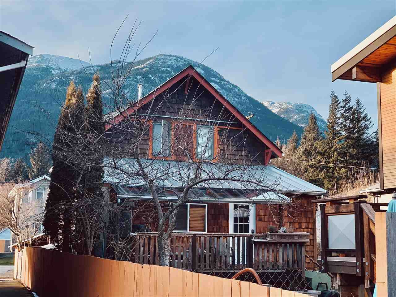 Main Photo: 38044 FIFTH Avenue in Squamish: Downtown SQ House for sale : MLS®# R2539837