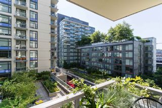 """Photo 5: 501 1708 COLUMBIA Street in Vancouver: False Creek Condo for sale in """"WALL CENTRE FALSE CREEK"""" (Vancouver West)  : MLS®# R2603692"""