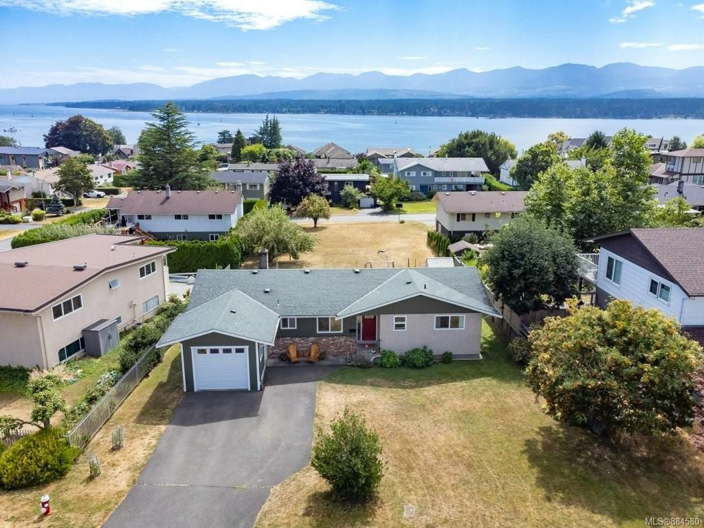 Main Photo: 2045 Beaufort Ave in : CV Comox (Town of) House for sale (Comox Valley)  : MLS®# 884580