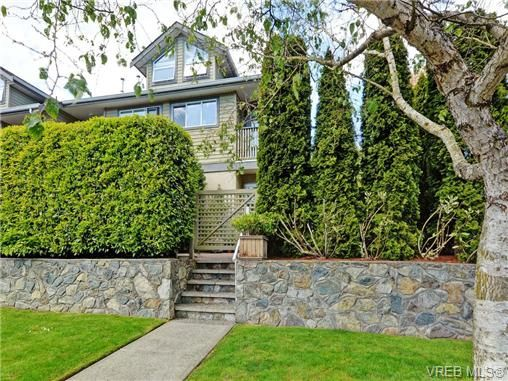 Main Photo: 1646 Myrtle Ave in VICTORIA: Vi Oaklands Row/Townhouse for sale (Victoria)  : MLS®# 701228