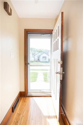Photo 2: 779 Garfield Street North in Winnipeg: West End Residential for sale (5C)  : MLS®# 1813266