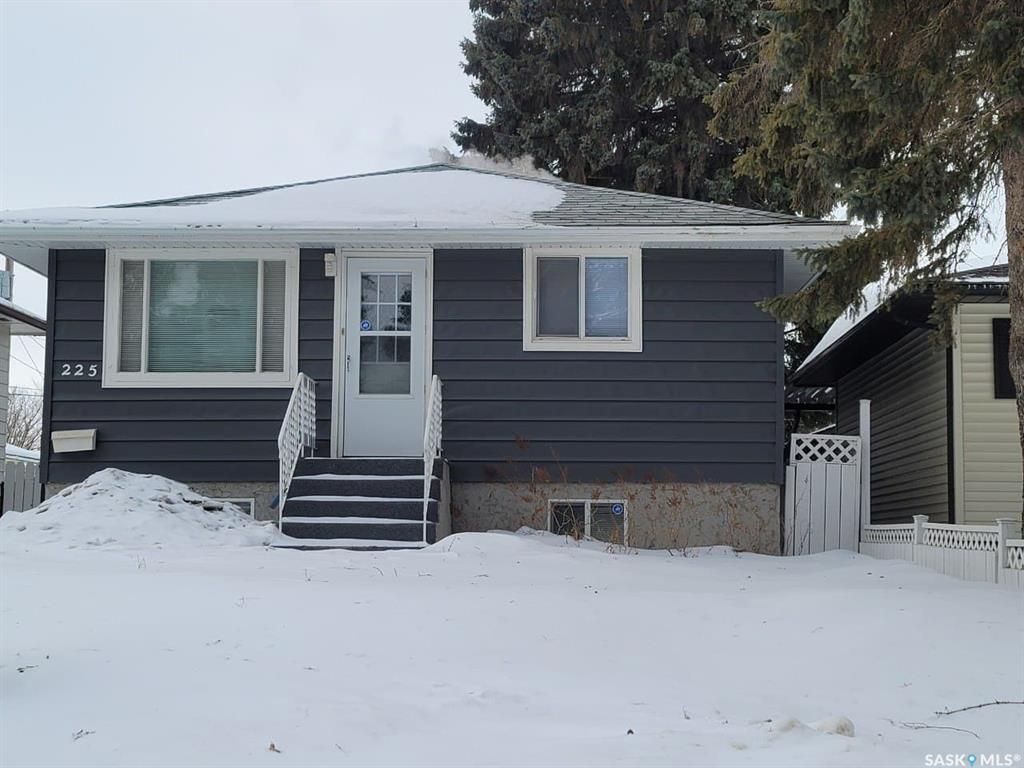Main Photo: 225 Ottawa Avenue South in Saskatoon: Meadowgreen Residential for sale : MLS®# SK838399