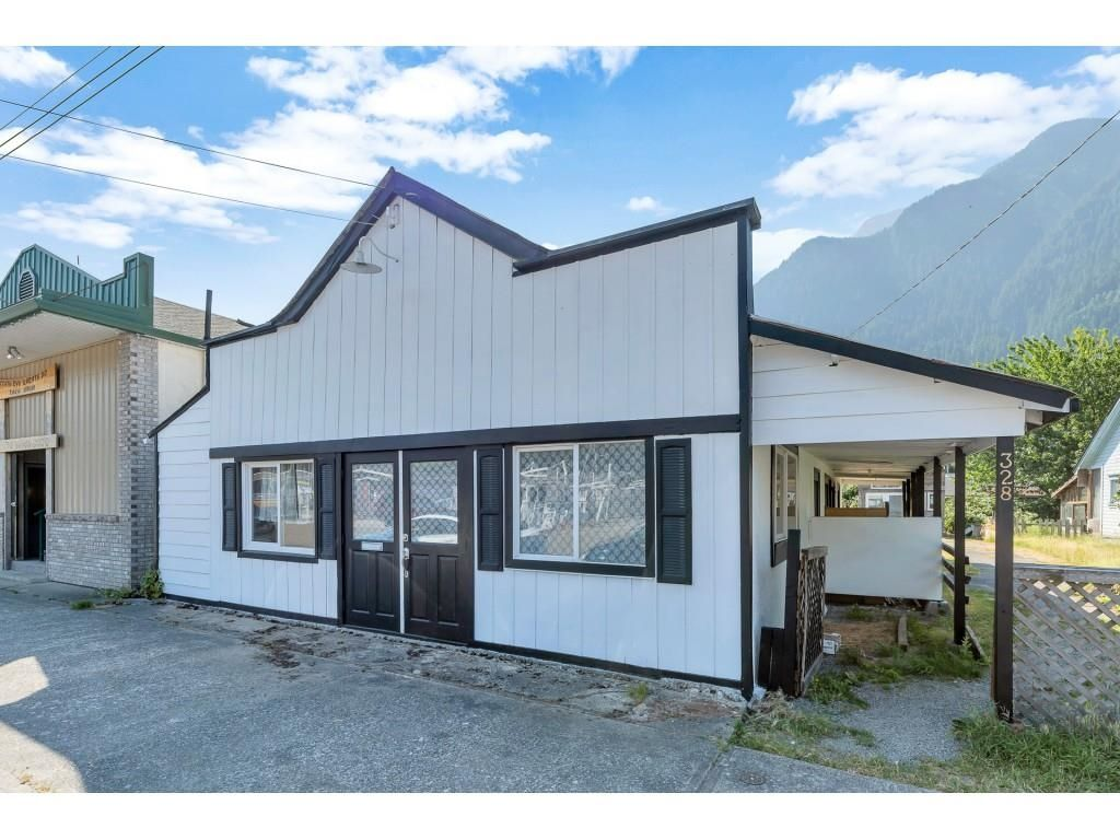 Main Photo: 328 FORT Street in Hope: Hope Center House for sale : MLS®# R2598170