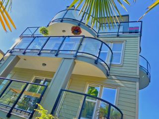 """Photo 1: 7 1966 YORK Avenue in Vancouver: Kitsilano Townhouse for sale in """"1966 YORK"""" (Vancouver West)  : MLS®# R2608137"""