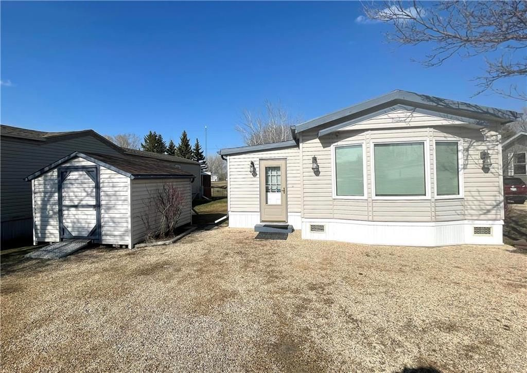 Main Photo: 5 VERNON KEATS Drive in St Clements: Pineridge Trailer Park Residential for sale (R02)  : MLS®# 202109321
