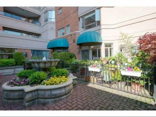 """Photo 1: 104 15111 RUSSELL Avenue: White Rock Condo for sale in """"Pacific Terrace"""" (South Surrey White Rock)  : MLS®# R2545193"""