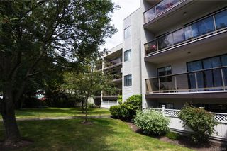 Photo 2: 207 2747 Quadra St in : Vi Hillside Condo for sale (Victoria)  : MLS®# 790305