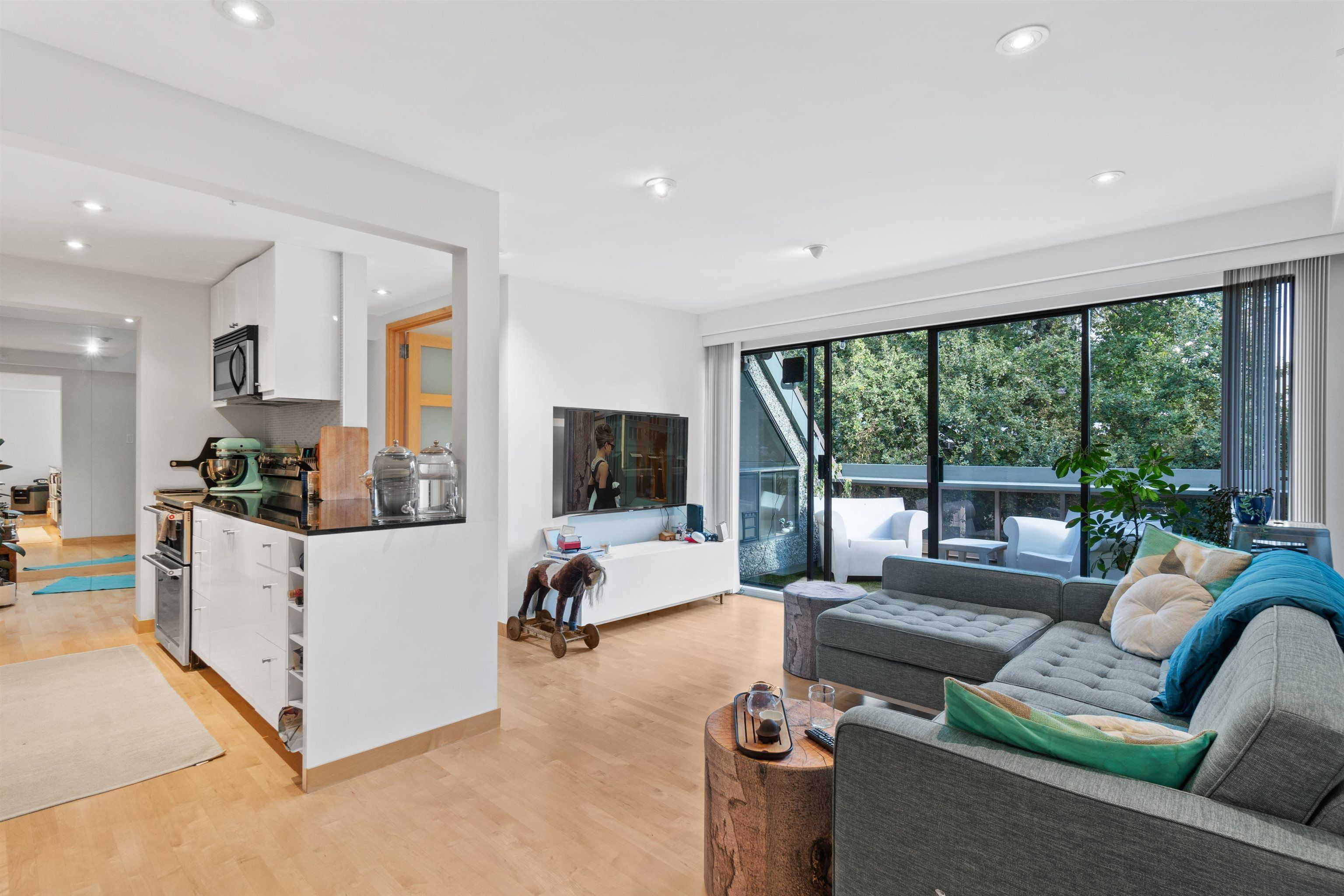 """Main Photo: 410 1500 PENDRELL Street in Vancouver: West End VW Condo for sale in """"Pendrell Mews"""" (Vancouver West)  : MLS®# R2621663"""