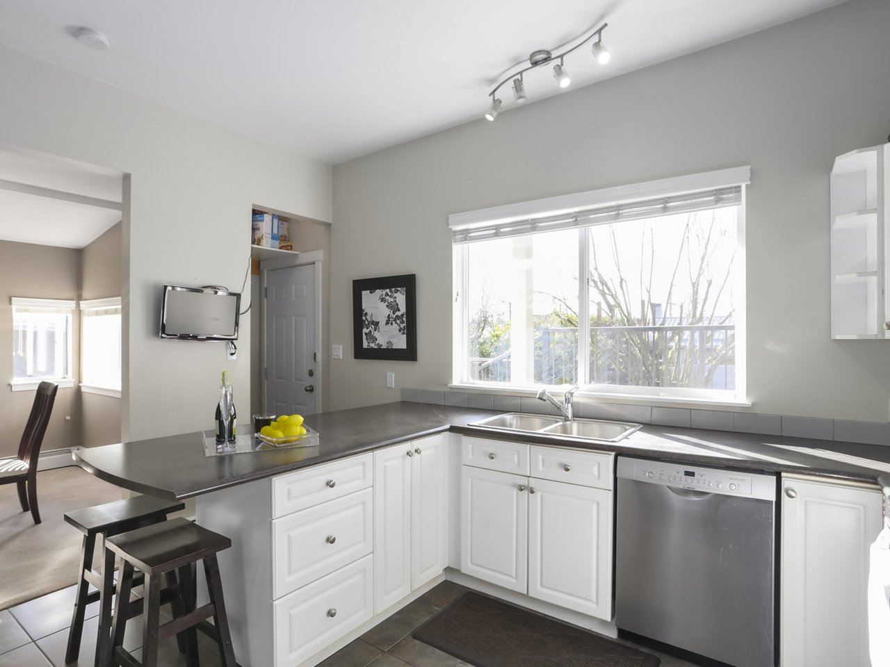 Photo 5: Photos: 325 W KINGS Road in North Vancouver: Upper Lonsdale House for sale : MLS®# R2443642
