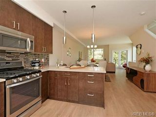 Photo 3: 1 1060 Tillicum Rd in VICTORIA: Es Kinsmen Park Row/Townhouse for sale (Esquimalt)  : MLS®# 714737