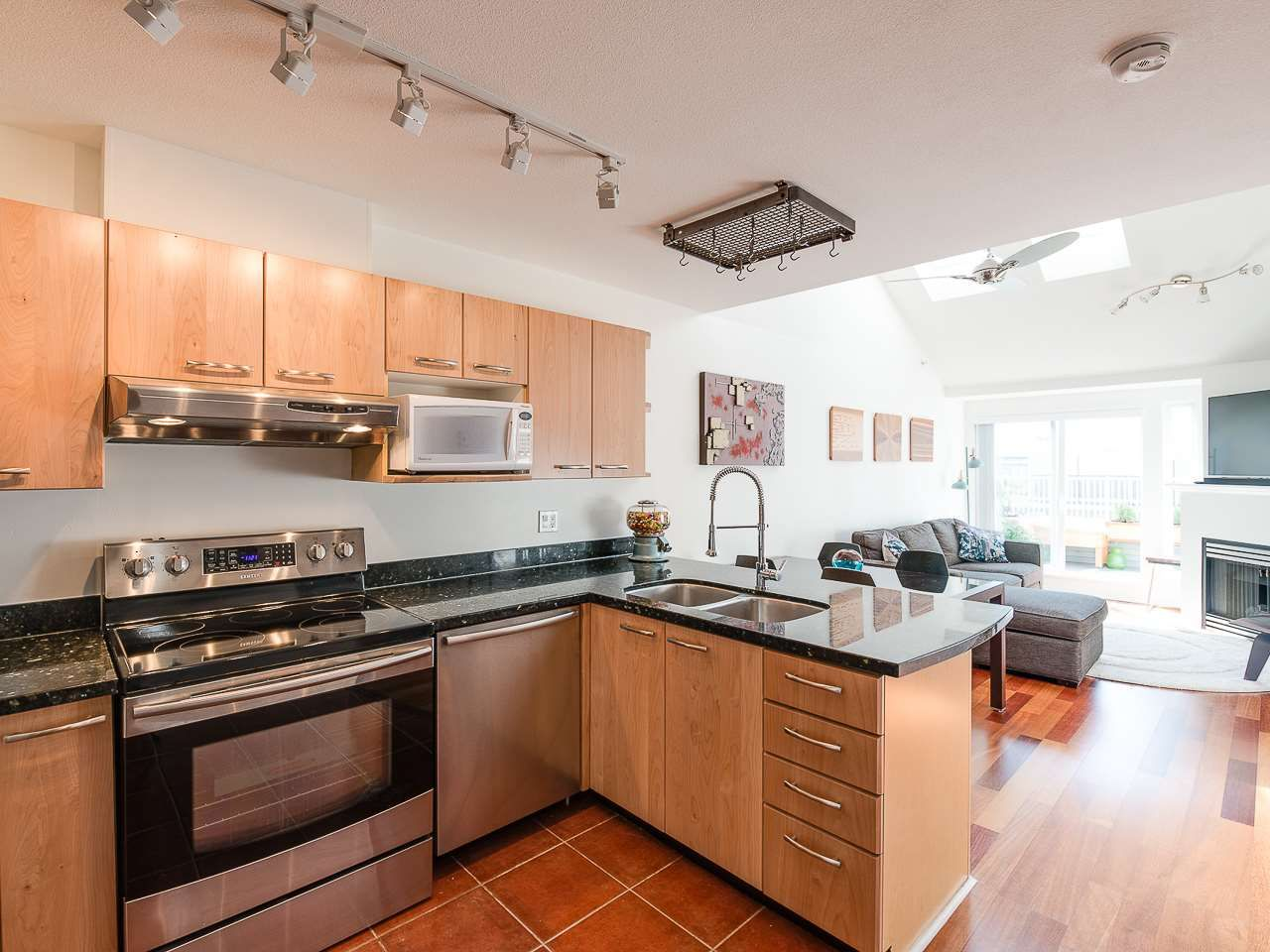 Main Photo: 404 3939 HASTINGS STREET in Burnaby: Vancouver Heights Condo for sale (Burnaby North)  : MLS®# R2261825