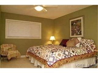 Photo 8: VICTORIA FAMILY HOME = Lambrick Park FAMILY HOME  For Sale SOLD With Ann Watley.