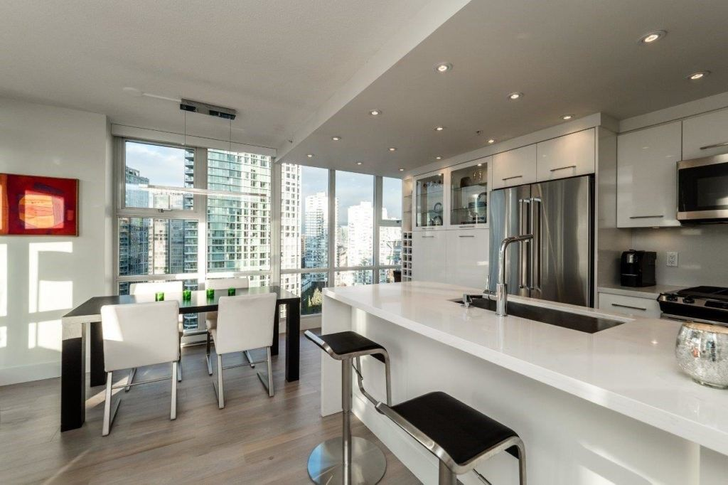 Main Photo: 2006 1077 MARINASIDE CRESCENT in Vancouver: Yaletown Condo for sale (Vancouver West)  : MLS®# R2337743