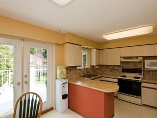 """Photo 6: 4720 RAMSAY Road in North Vancouver: Lynn Valley House for sale in """"Upper Lynn"""" : MLS®# V883000"""