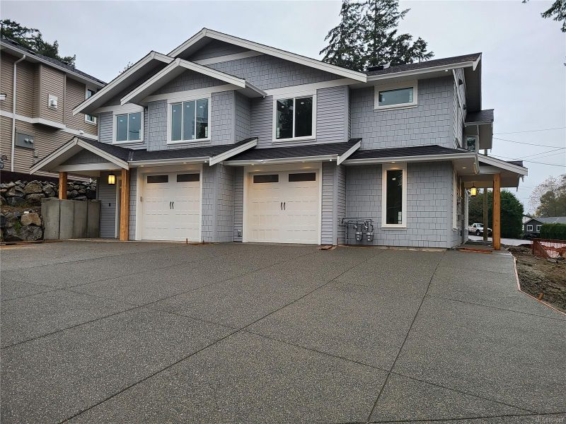 FEATURED LISTING: 102 Golden Oaks Cres