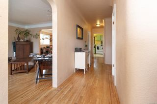 Photo 3: 2116 Cook St in : Vi Central Park House for sale (Victoria)  : MLS®# 856975