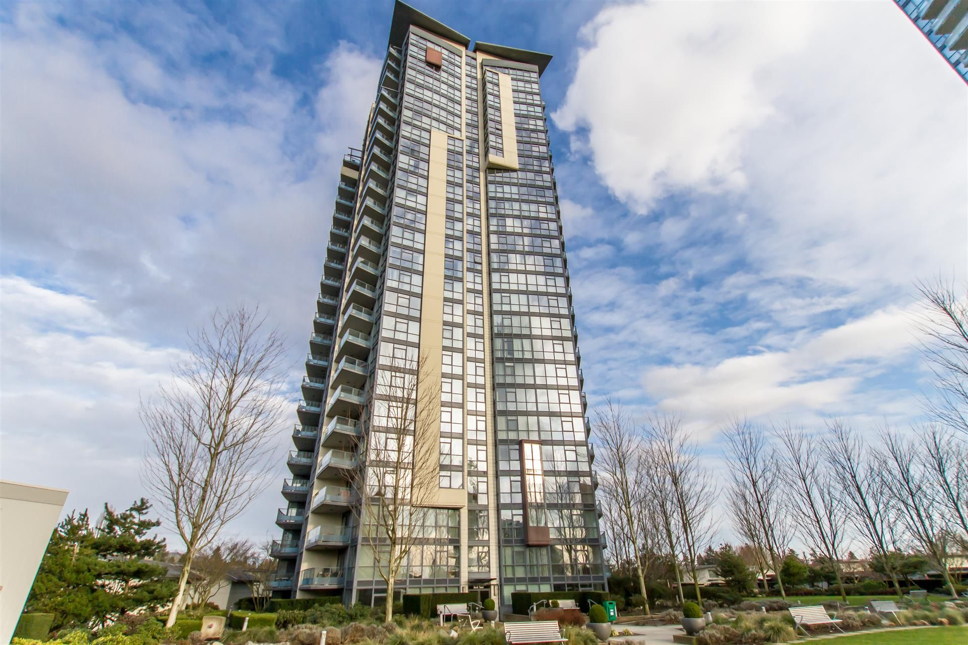 Main Photo: 902-2225 Holdom Ave in Burnaby: Condo for sale (Burnaby North)  : MLS®# R2463125