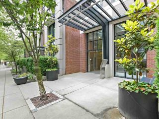 "Photo 2: 1505 977 MAINLAND Street in Vancouver: Yaletown Condo for sale in ""YALETOWN PARK 3"" (Vancouver West)  : MLS®# R2387511"
