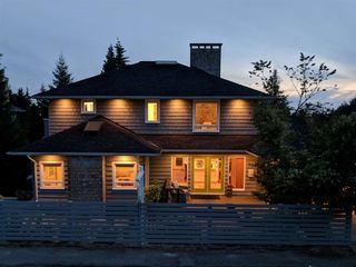 Photo 2: 933 MELBOURNE Avenue in North Vancouver: Edgemont House for sale : MLS®# R2303309