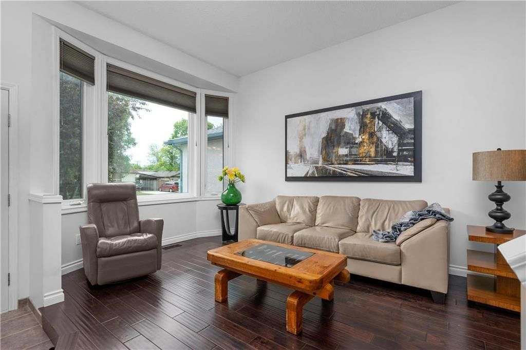 Photo 3: Photos: 1115 Waterford Avenue in Winnipeg: West Fort Garry Residential for sale (1Jw)  : MLS®# 202116113