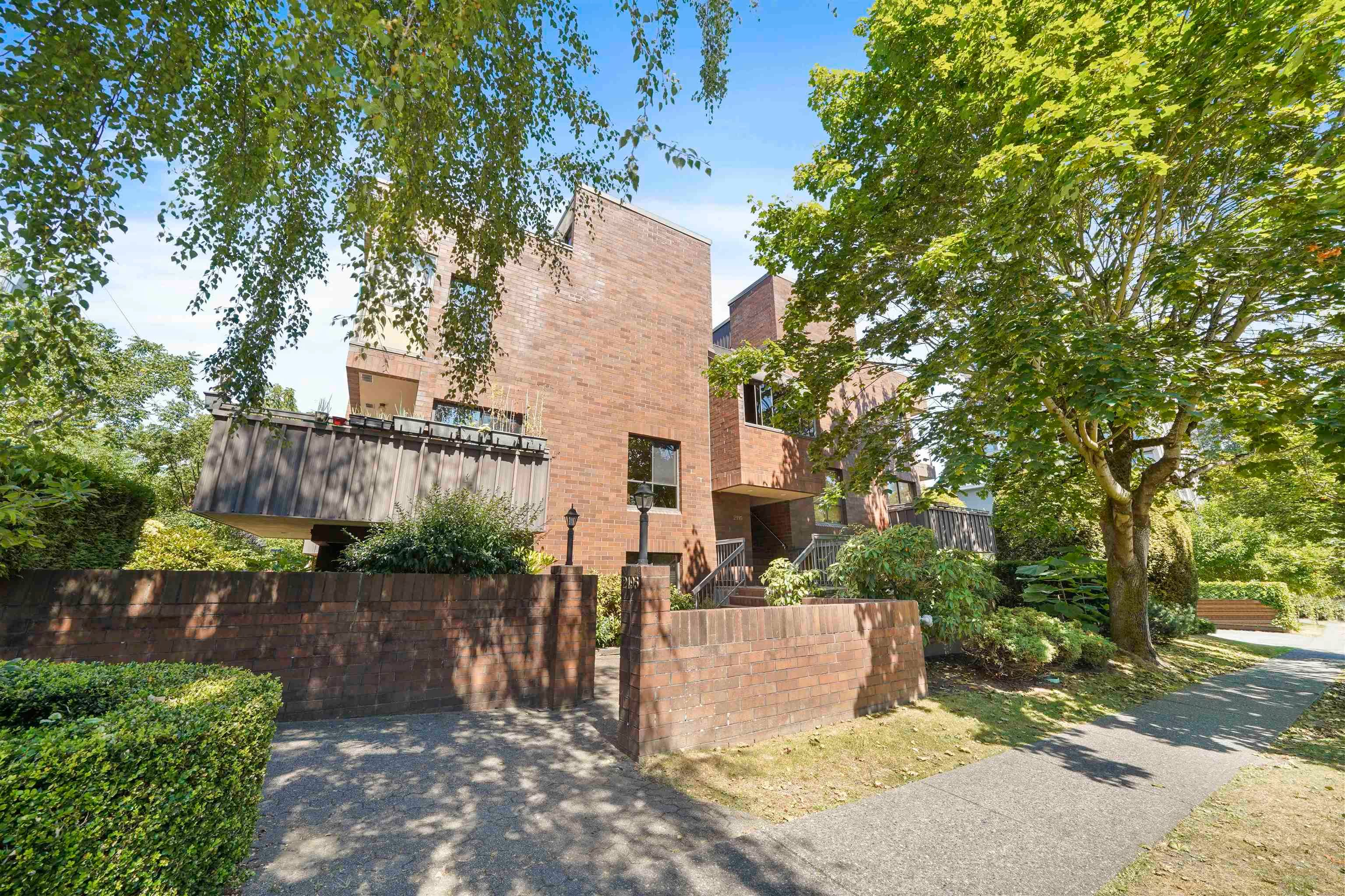 """Main Photo: 204 2195 W 40TH Avenue in Vancouver: Kerrisdale Townhouse for sale in """"THE DIPLOMAT IN KERRISDALE"""" (Vancouver West)  : MLS®# R2618112"""