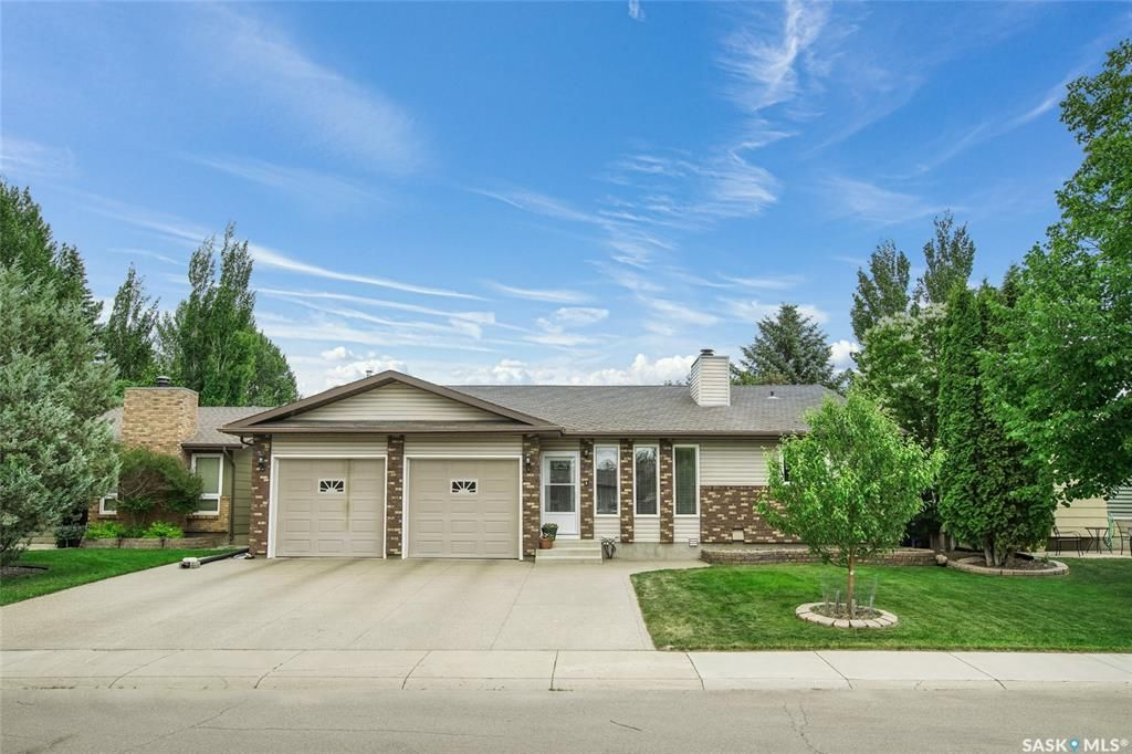 Main Photo: 118 Benesh Crescent in Saskatoon: Silverwood Heights Residential for sale : MLS®# SK864200