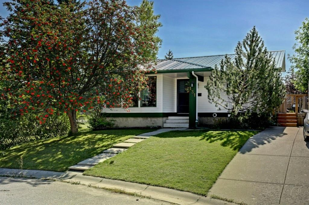 Main Photo: 131 Woodridge Place SW in Calgary: Woodlands Detached for sale : MLS®# A1142990