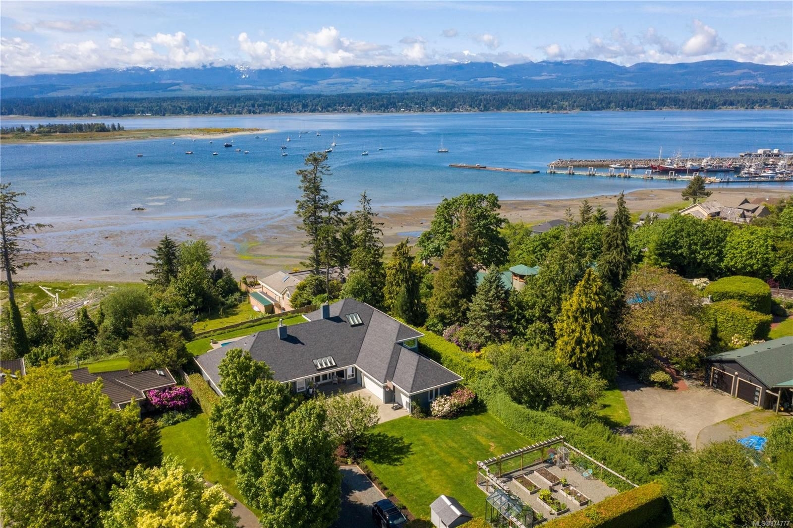 Main Photo: 1633 Beaufort Ave in : CV Comox (Town of) House for sale (Comox Valley)  : MLS®# 874777