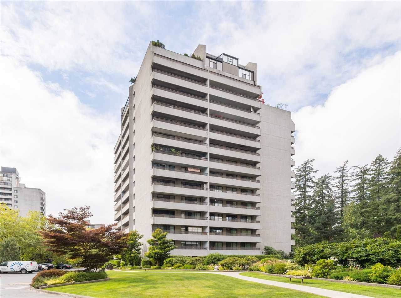 """Main Photo: 606 4194 MAYWOOD Street in Burnaby: Metrotown Condo for sale in """"Park Avenue Towers"""" (Burnaby South)  : MLS®# R2493615"""