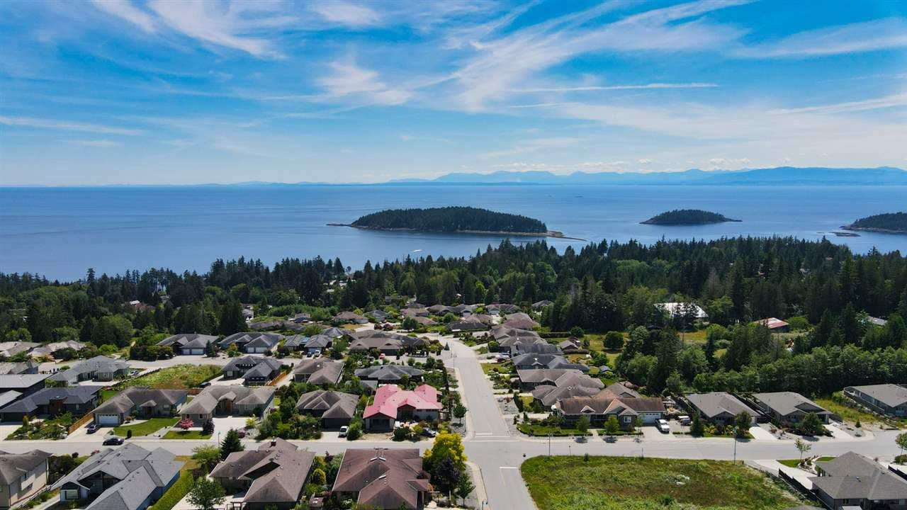 """Main Photo: 6349 BAILLIE Road in Sechelt: Sechelt District House for sale in """"ORACLE HEIGHTS"""" (Sunshine Coast)  : MLS®# R2469874"""