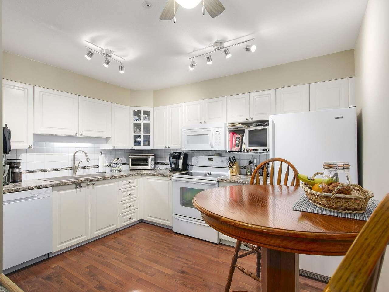 """Photo 5: Photos: 209 1575 BEST Street: White Rock Condo for sale in """"THE EMBASSY"""" (South Surrey White Rock)  : MLS®# R2151526"""