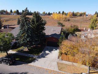 Photo 2: 13719 Deer Run Boulevard SE in Calgary: Deer Run Detached for sale : MLS®# A1039394