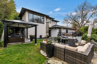 Photo 3: 704 Robleda Cres in Victoria: Vi Rockland House for sale : MLS®# 835913