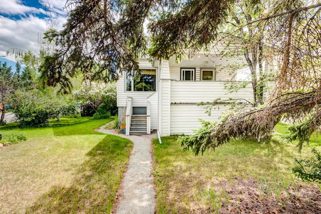Main Photo: 1401 19 Avenue NW in Calgary: Capitol Hill Detached for sale : MLS®# A1119819