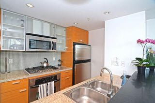 "Photo 8: 801 33 SMITHE Street in Vancouver: Yaletown Condo for sale in ""COOPERS LOOKOUT"" (Vancouver West)  : MLS®# R2448170"
