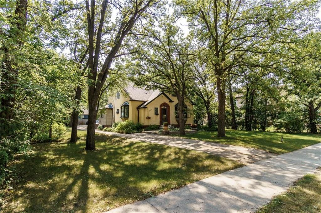 Photo 1: Photos: 906 North Drive in Winnipeg: East Fort Garry Residential for sale (1J)  : MLS®# 202116251