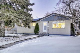 Photo 2: 4 Rossburn Crescent SW in Calgary: Rosscarrock Detached for sale : MLS®# A1073335