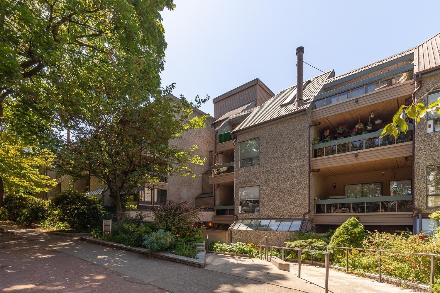 """Main Photo: 216 1500 PENDRELL Street in Vancouver: West End VW Condo for sale in """"Pendrell Mews"""" (Vancouver West)  : MLS®# R2625764"""