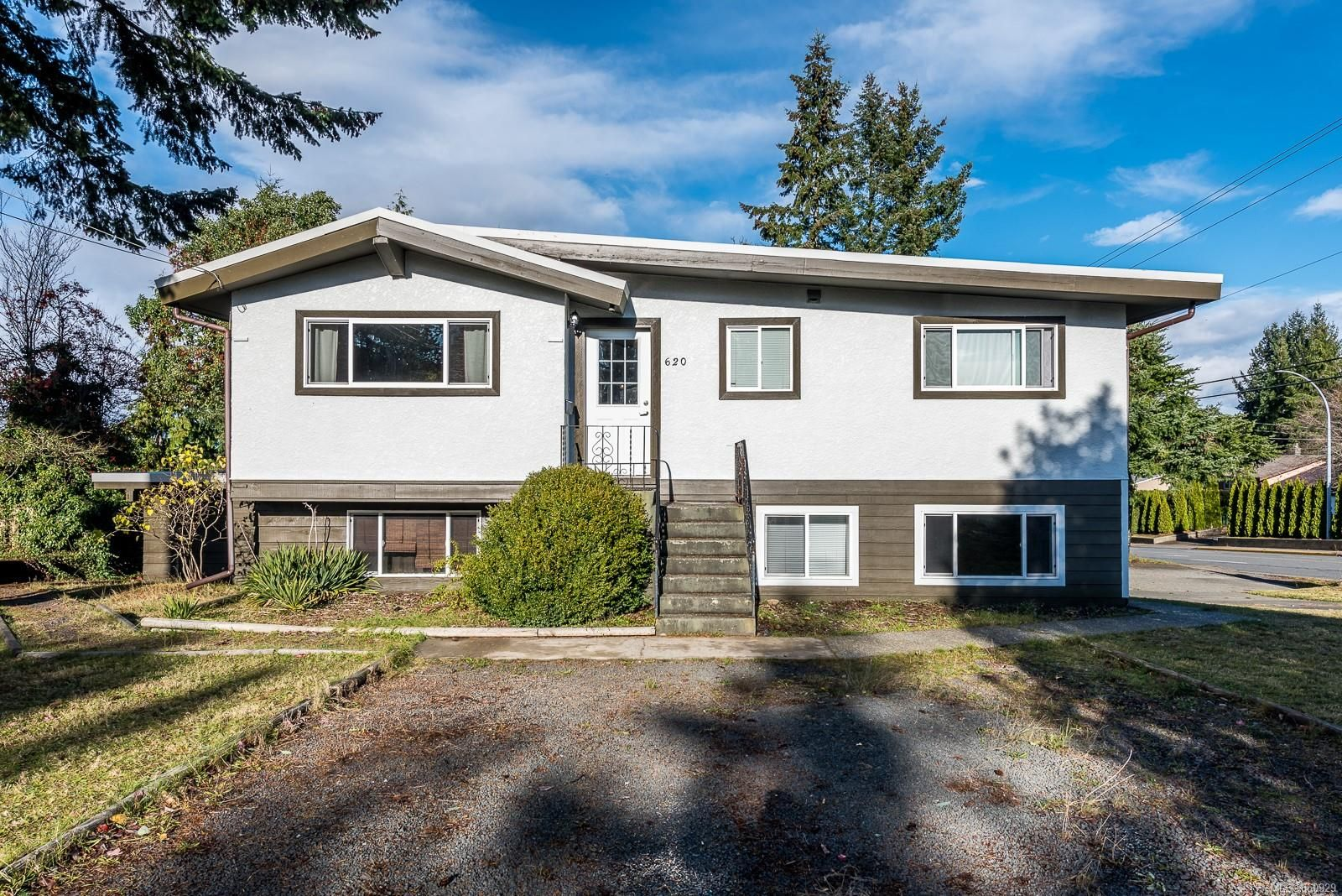 Main Photo: 620 Pinecrest Rd in : CR Campbell River Central House for sale (Campbell River)  : MLS®# 860929