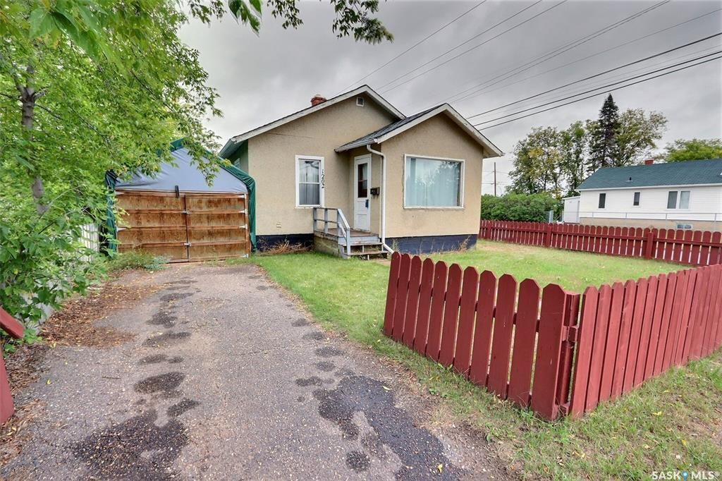 Main Photo: 1202 15th Street West in Prince Albert: West Flat Residential for sale : MLS®# SK869800