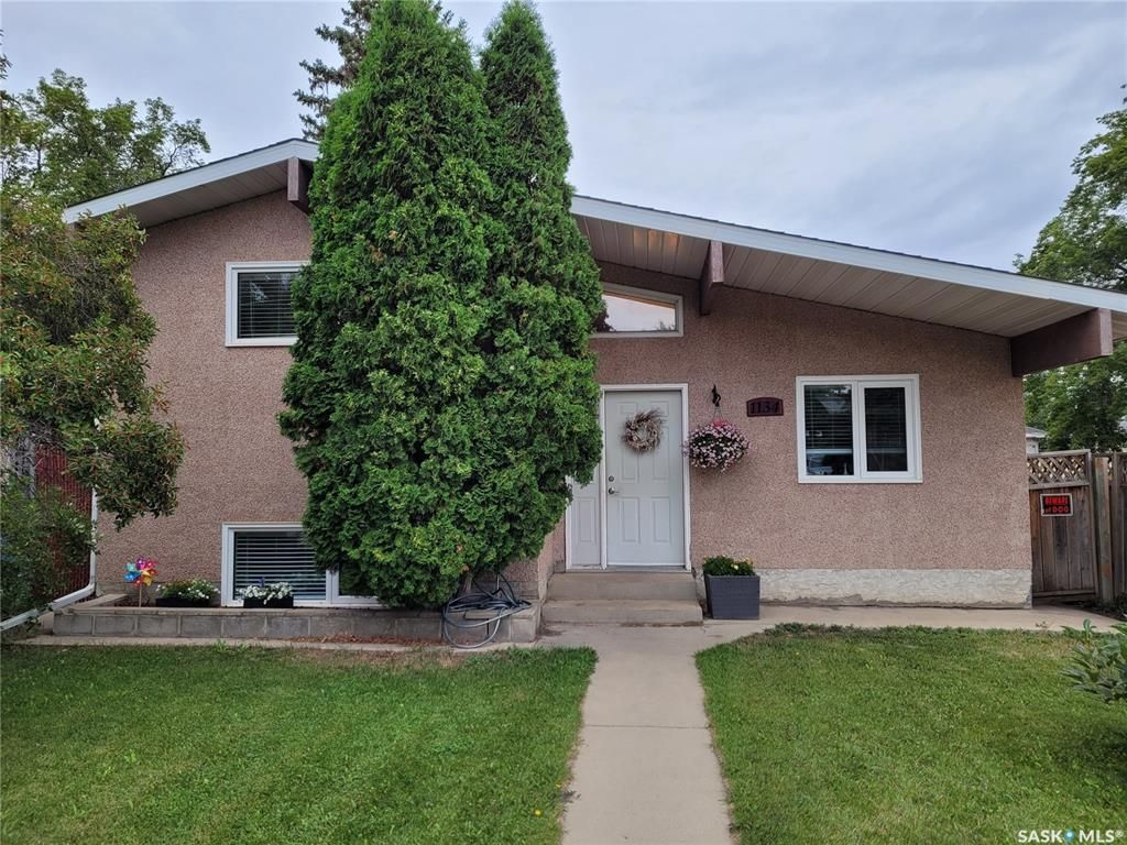 Main Photo: 1134 P Avenue South in Saskatoon: Holiday Park Residential for sale : MLS®# SK866275